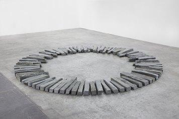 Richard Long, Trastevere Spring Circle, 2012 pietra di serpenino, 320 cm,  Courtesy the Artist & Galleria Lorcan O'Neill