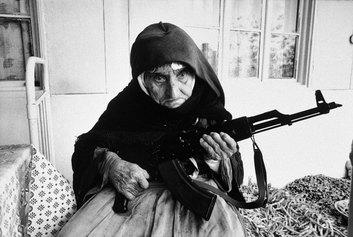 Anziana donna armena fa la guardia armata davanti a casa sua durante gli scontri tra Armenia e Azerbaijan per il Nagorko-Karabakh, 1990 Degh, Armenia © courtesy UN Photo/Armineh Johannes