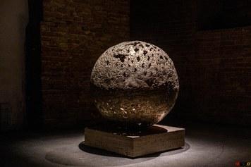 Imagine: Insieme per un nuovo Mondo, 2021, bronzo, fusione dinamica e patina a fuoco, d 100 cm + base in travertino - credits Giacomo Roggi