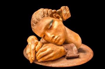 Donna della Preghiera, 2016. Resina, polvere di marmo, ferro, 26 x 43 x 39 cm