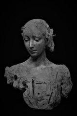 Figura Femminile, 2019. Resina patinata a bronzo.  58 x 48 x 24 cm