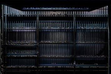 Maurizio Cattelan, Ghosts, 2021. Veduta dell'installazione, Pirelli HangarBicocca, Milano, 2021. Piccioni in tassidermia. Dimensioni ambientali Courtesy l'artista e Pirelli HangarBicocca, Milano Foto: Agostino Osio