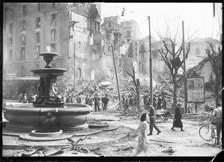 Piazza Fontana a Milano dopo i bombardamenti © Archivio Publifoto Intesa Sanpaolo