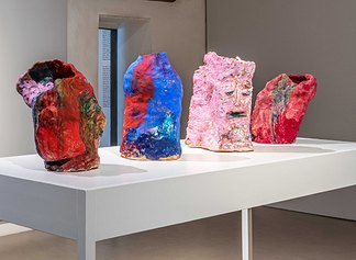 Francesca Banchelli, Pilgrimage, 2020. Fontane/sculture, misure variabili. Terracotta, pigmento, inchiostro. Circa 40 x 60 cad. / 15, 5 x 23,5 inch each (Ex Fonderia d'Arte Luigi Tommasi, Via Marconi 48)