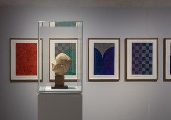 """Sullo sfondo McArthur Binion, dipinti della serie """"healing:work"""" (2020 - Grafite e inchiostro su carta), in primo piano: Marino Marini, """"Testa di donna"""" (1939 ca – Terracotta) - Ph: Serge Domingie Firenze"""