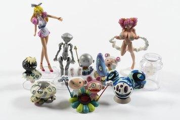 Takashi Murakami. Superflat Museum, 2000 circa, figure di plastica ciascuna nella sua scatola di cartone, misure variabili le figure di plastica, 13,2 × 9,2 × 4,2 cm le scatole di cartone. Milano, Collezione Italo Rota
