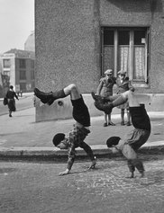 Robert Doisneau, Les frères, rue du Docteur Lecène, Paris, 1934, © Robert Doisneau