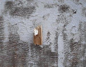 Roberto Pagnani - Xoanon, 2020, tecnica mista su tela con applicazione in legno. 80x100 cm